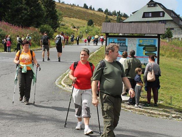 Turistický ruch a jeho podpora je jednou ze základních priorit Euroregionu Praděd. Na snímku rekreanti na Ovčárně.
