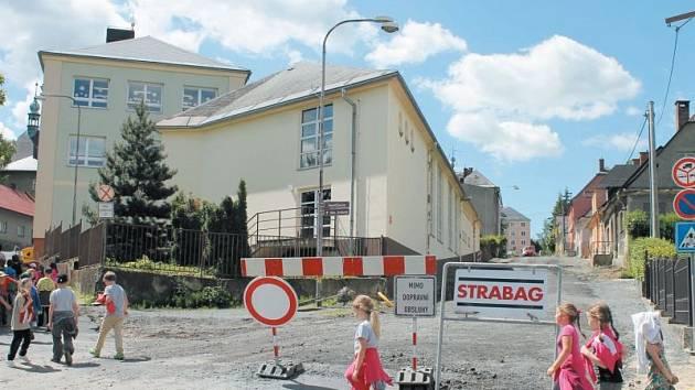 Kámen na kameni nezůstal v Havlíčkově a Národní ulici v samotném středu Rýmařova. Stavební firma zde totiž provádí rekonstrukci obou ulic v hodnotě přesahující osm milionů korun.