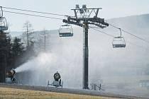 Vlekaři v Jeseníkách spustili sněžná děla, takhle začalo zasněžování ve skiareálu Horní Václavov. To více technického sněhu už mají na Myšáku v Malé Morávce – Karlově, kde v sobotu zahajují sezonu.