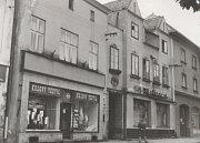 V domě vedle Gabrielova domu na bruntálském náměstí se vystřídaly nejrůznější obchody a podniky. Je známý i jako rodný dům zpěvačky Therese Krones.