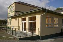 Nová školní jídelna v Zátoru bude slavnostně otevřena v pátek 23. října, první obědy zde budou uvařeny v listopadu.