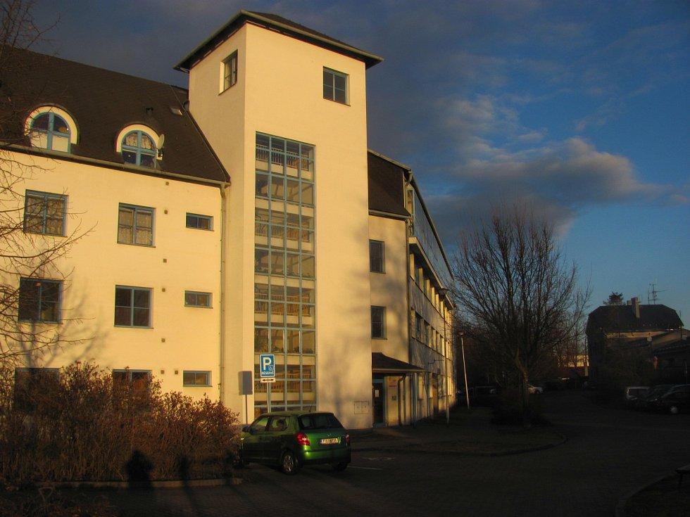 Domy s pečovatelskou službou stojí v Krnově poblíž cvilínského nádraží.