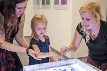Workshop provázel vernisáž Tess Gemelové, která ovládá pradávnou orientální techniku ebru. Zájemci si pod jejím vedením vyzkoušeli malování na vodě.