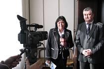 Podpis smlouvy provázel zájem médií.