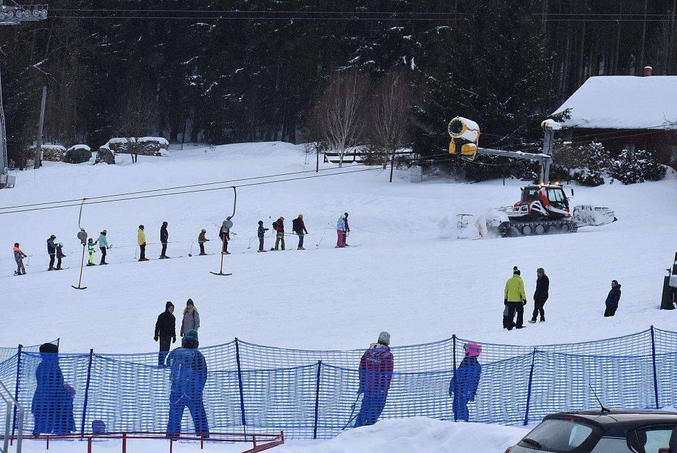 Ski areál Kopřivná v Jeseníkách hlásí výborné sněhové podmínky. Sobota 13. února 2021.