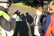 Před školou oslovili krnovské i bruntálské školáky policisté, aby je vyzkoušeli, jak ovládají přecházení vozovky.