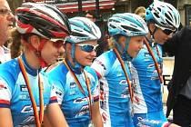 Nela Haľáková v reprezentaci (druhá zleva). Mladá cyklistka ACS Drak Vrbno a studentka vrbenského gymnázia se představila v prestižním etapovém závodě KIDS Tour v Berlíně.