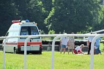 Dramatický pád mladé dostihové debutantky Lucie Komendové měl šťastný konec. Kvůli bezvědomí se nejprve záchranáři obávali poškození mozku, a nechali ji proto transportovat helikoptérou do Fakultní nemocnice v Ostravě.