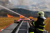 Zásah hasičů u požáru kombajnu na poli uRudné pod Pradědem.
