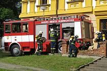 Albrechtičtí hasiči při cvičení na zámku v Linhartovech.