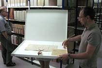 Nejstarší česky psanou listinou v krnovském archivu je tento skvost podepsaný císařem Rudolfem II. Císař roku 1577 podepsal tento dokument, kterým udělil Moravskému Berounu právo uspořádat dva výroční trhy.