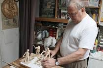 Řezbář František Nedomlel ve svém ateliéru v kouzelném světě postaviček pro betlémy.