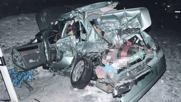 Vůz Chevrolet po střetu s nákladní soupravou Man v Dětřichově nad Bystřicí. Je s podivem, že ze zničeného auta vyvázl živý alespoň řidič.