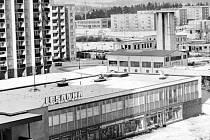 Prodejnka Lesanka na bruntálském sídlišti Dolní. Vpravo uprostřed je patrné, že bytový dům v ulici U Hřiště ještě nestál. Bývala tam kotelna.