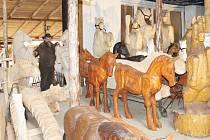 Řezbář Jiří Halouzka ve své Pradědově galerii U Halouzků v Jiříkově shromáždil na jednom místě všechny sochy koňů a slonů, které vyrobil. Tohle největší stádo slonů a koní v životní velikosti bude zapsáno do české knihy rekordů.