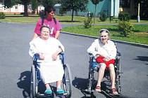 Dobrovolnické centrum začalo s návštěvami dobrovolníků v krnovské nemocnici. Dobrovolníci pomáhají nemocným trávit volný čas. Jedna z dobrovolnic, Martina Dluhošová, vyvezla ven na sluníčko a dobrou kávu pacientky Libuši Ježovou a Kristýnu Fořtovou.