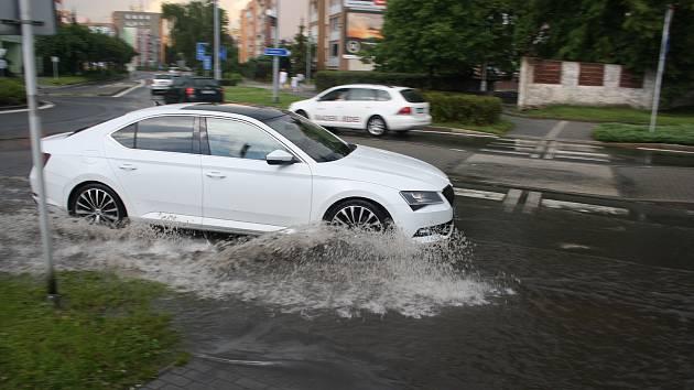 Krnovskem se v sobotu před 16 hodinou přehnala intenzivní bouřka. Lijáky zaplavily kruhové objezdy, ale zatím žádné významnější škody nejsou hlášeny.
