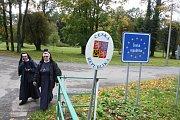 Jedním z míst, kde se sešli Poláci v rámci akce Růženec na hranicích, byl také kostel v Opawici. Na 750 registrovaných účastníků se z kostela vydalo procesím do kilometr vzdálených Lenarcic. Modlitby růžence  se odehrály na hřišti přímo naproti linhartovs