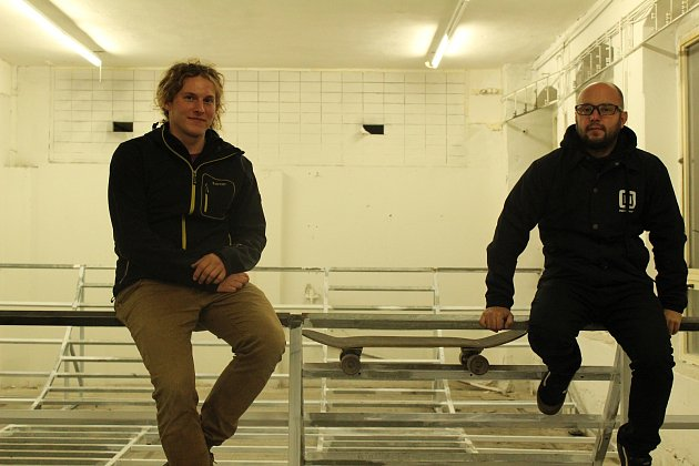 Jakub Rektořík (vlevo) a Zdeněk Rybár z vrbenského oddílu netradičních sportů a skateboardu sedí na kovové konstrukci rampy, na níž se budou prohánět milovníci prken s kolečky.