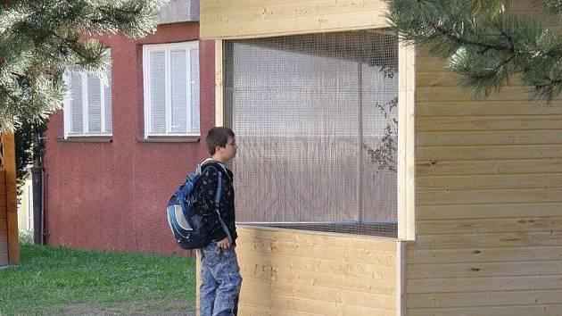 Dřevěný altán slouží v Břidličné žákům jako venkovní učebna přírodopisu, ale i hudební a výtvarné výchovy.