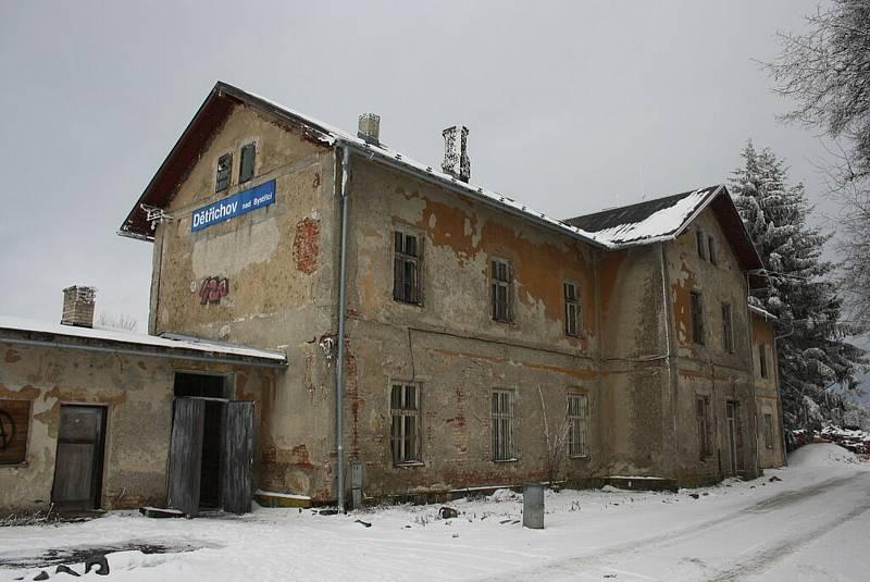 V Dětřichově nad Bystřicí se dochovaly autentické nádražní latríny. Už byly zbořeny, a brzy čeká demolice celé nádraží. Nahradí ho novostavba.