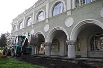 """Střelecký dům je v současnosti obklopen """"oraništěm"""" a nemá plot. Důvodem jsou dlouho očekávané opravy, které budou probíhat až do konce října."""