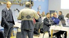 Podnikatel Dalibor Tesař (vlevo) na zasedání krnovského zastupitelstva hájil podnikatelský záměr EDC a ujišťoval nazlobené občany, že odér asfaltu není zdraví nebezpečný.