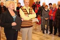 Bohumil Kroupa na snímku stojí vlevo spolu s Alenou Pajkošovou, vedoucí oddělení kultury bruntálské radnice.