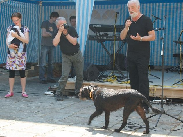 Fotografa Jindřicha Štreita na sobotní vernisáži na zámku v Rudolticích pozorně poslouchal také pes konceptuální fotografky Dity Pepe z Institutu tvůrčí fotografie.