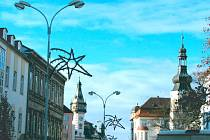 Náměstí Minoritů dnes osvětlují tyto již poněkud archaické modely pouličních lamp.