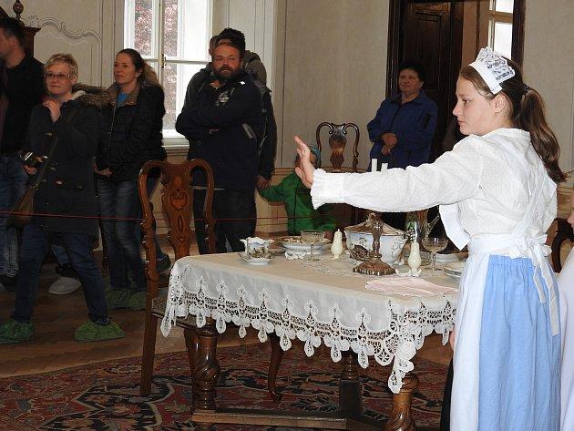 Školáci zRudné pod Pradědem si připravili kostýmy a scénky, aby se všichni společně přenesli do období, kdy na bruntálskému zámku působili velmistři řádu německých rytířů.