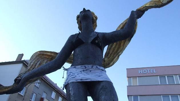 Jednu z tanečnic sousoší Radost ze života od Olbrama Zoubka v Krnově, známého také jako Tři grácie, někdo přes noc tajně oblékl.