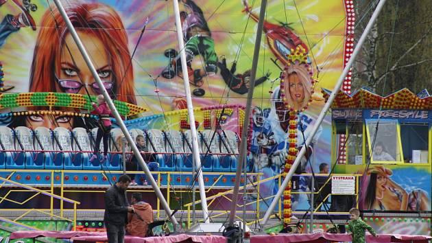 Lunapark u krnovských lázní nabízí zábavu dětem i dospělým. Současně ale výskot dětí a hlučné disko vadí bezdomovcům, kteří si tuto lokalitu oblíbili.