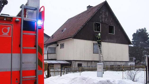 Starší obyvatelka rodinného domu typu okál měla obrovské štěstí, že kvůli její nedbalosti nelehla budova popelem.