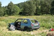 U lesa pod Uhlířským vrchem našli turisté minulý týden vybrakovaný vrak auta. Městští strážníci nyní pátrají po jeho majiteli.