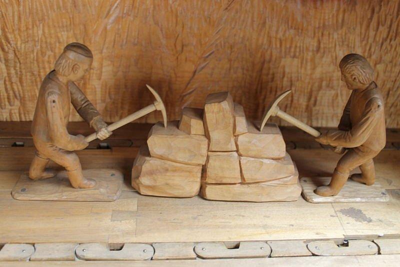 Mohelnický betlém v Bruntále často k vidění není. To jen když jej svěří Mohelničtí bruntálskému řezbáři Františku Nedomlelovi.