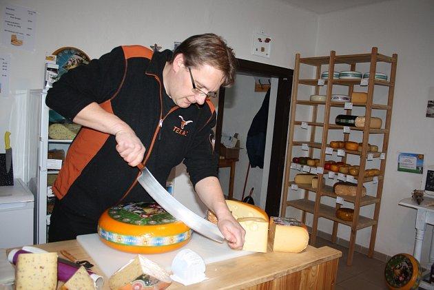 HOLANĎAN Frans Lemstra je doma vDětřichově nad Bystřicí. Otevřel tam obchůdek sholandskými sýry. Má otevřeno jeden den vtýdnu a můžete uněj platit jen hotově.