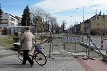 Cyklostezka na Opavské ulici je téměř dokončena. Cyklisti musí slézt z kola až na posledních pár metrech.