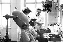 Provozovna holičství a kadeřnictví Veřejných služeb města Bruntálu. Adresu měli lazebníci v budově náměstí Míru 1.
