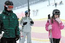 SKI Karlov rozšířil tento týden služby pro zimní rekreanty. Ve čtvrtek 21. února rozjel novou, dvousedačkovou lanovku na Klobouku.