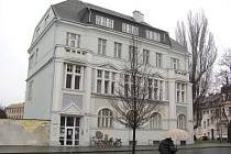 Komerční banka v Krnově tento týden zahájila provoz na nové adrese. Postačí jí k tomu pronajaté prostory. Své původní sídlo krásnou historickou budovu (na snímku) nabídla banka městu.