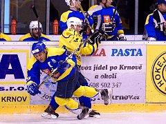 Krnovští hokejisté v nové sezoně nemají ještě ani bod, nezískali ho ani se Studénkou. Ve žlutém bojuje Tomáš Michálek.