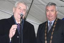Prezident České republiky Miloš Zeman se starostou Rýmařova Petrem Kloudou.