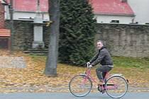 Starosta Radek Šimek na nepřehlédnutelném růžovém kole, které se stalo nejen oblíbeným dopravním prostředkem, ale i symbolem Úvalna a zkouškou poctivosti cyklistů.