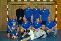 Pohár pro vítězný tým Silvestrovského turnaje seniorů si vybojovali fotbalisté Slavoje Bruntál.