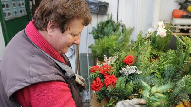 Vlasta Volfová společně s manželem Karlem sbírají rostliny na dušičkové věnce po celé léto, samotné věnce vějí posledních čtrnáct dnů.