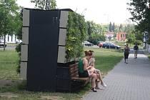Chytrá lavička, jakou Krnov dosud nepoznal. Už umí zalévat, a v dohledné době se naučí dobíjet mobily a připojovat na internet.