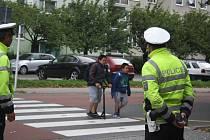 Dopravní policisté spolicejní preventistkou a zástupcem BESIPu u základní školy na Dvořákově okruhu vKrnově radili dětem, jak bezpečně přecházet přes silnici.