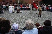Svatý Martin přijel do Krnova před kostel sv. Martina. Zde se podělil s žebrákem o svůj plášť a pak připil Krnovanům na zdraví svatomartinským vínem.