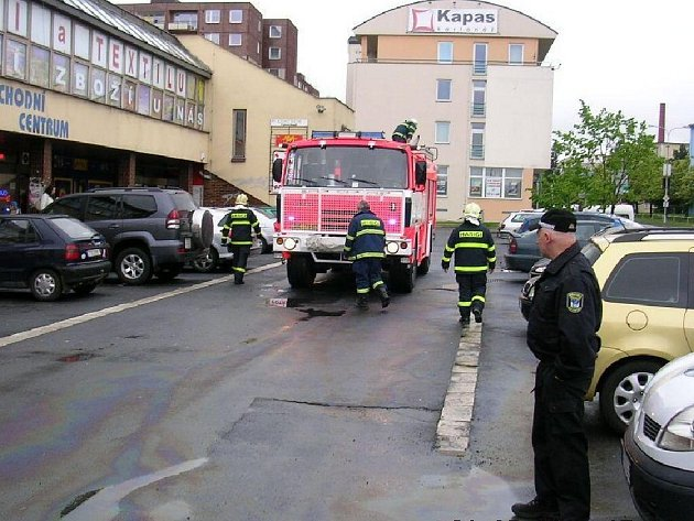 Městští strážníci minulý týden objevili na parkovišti u Kina Centrum v Bruntále ropnou skvrnu. Přivolaní hasiči ji zlikvidovali.